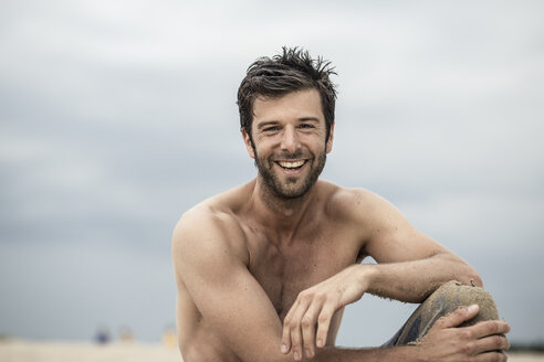 Portrait of laughing man with bare chest - MUMF000029