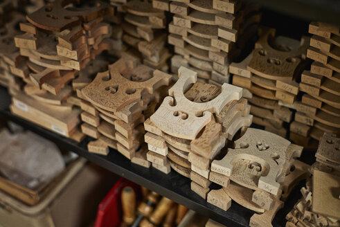 Accessories in a violin maker's workshop - DIKF000106