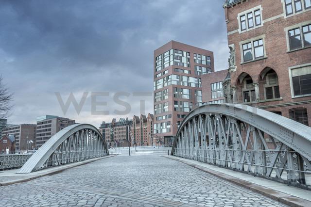 Germany, Hamburg, Bridge on the border between the historic warehouse district Speicherstadt and the new urban development area HafenCity - NK000079