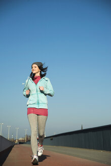 Young female jogger on the move - UUF000091