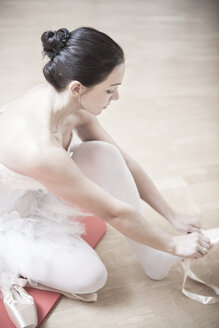 Ballet dancer putting on toe shoes - VTF000193