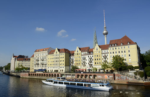 Germany, Berlin, tour boat in front of Nikolai Quarter and television tower - BFR000403