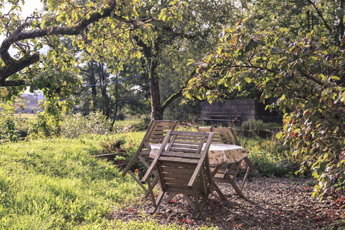Germany, Bavaria, Coburg, View of garden with table and chairs in autumn - VTF000198