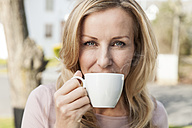 Portrait of woman drinking cup of coffee, close-up - MFF000970