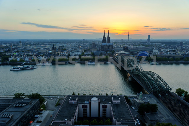 Germany, North Rhine-Westphalia, Cologne, city view with Cologne Cathedral and Hohenzollern Bridge over Rhine River - PAF000582