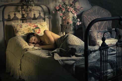 Sleeping nude woman in bed - CvK000040