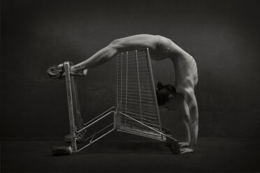 Semi-nude woman with shopping cart - CvK000077