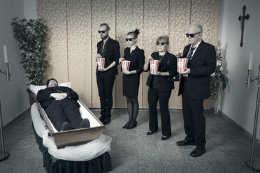 Vigil by the body with popcorn - CvK000127