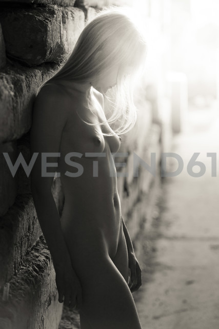 Female nude leaning against wall - CvK000097