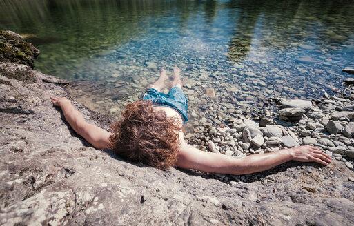 New Zealand, Marlborough Sounds, Pelorus river, young man relaxing in river - WV000622
