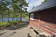 Sweden, Oernskoeldsvik, Wooden house at lake Taernaettvattnen in Skuleskogen National Park - BR000387