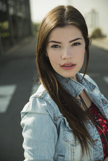Portrait of brunette young woman outdoors - UUF000275