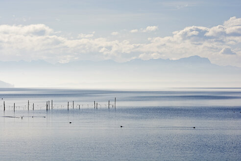 Germany, Bavaria, Upper Bavaria, Starnberg, Lake Starnberg, Bavarian Alps and Zugspitze in the background - UMF000700