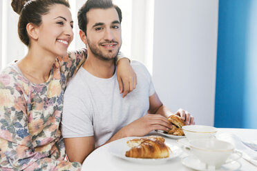 Young couple at breakfast table - MFF000999