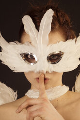 Portrait of young woman in angel costume and feather mask - FBF000377