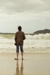 Australia, New South Wales, Tea Gardens, man at beach - FBF000364