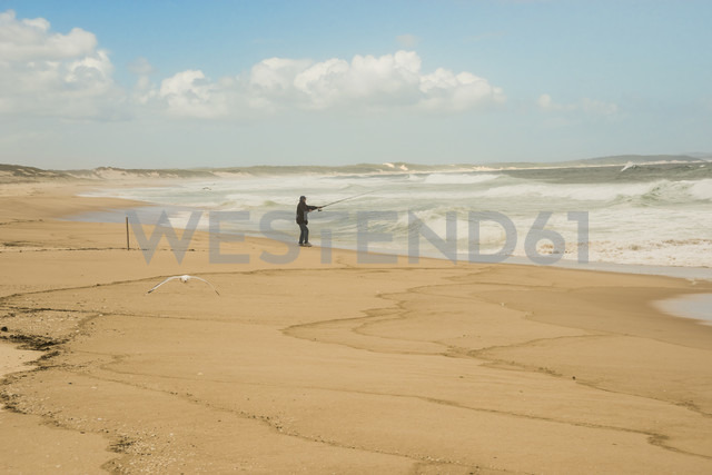 Australia, New South Wales, Woromi Conservation Lands, man fishing in the ocean - FB000362 - Frank Blum/Westend61