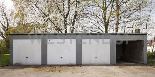 Germany, North Rhine-Westphalia, Dortmund-Boevinghausen, Garages - WIF000597