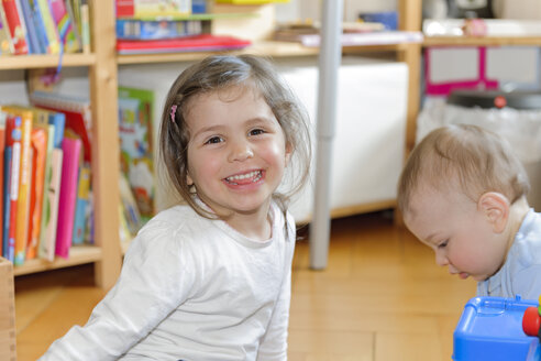 Brother and sister playing at home - LAF000796