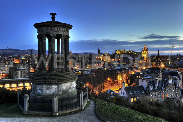 UK, Scotland, Edinburgh, City view from Carlton Hill with Dugald Stewart Monument - FDF000067