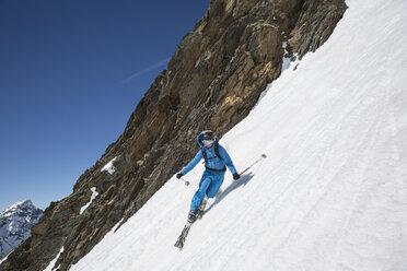 Austria, East Tyrol, Defereggental, Man telemark skiing - FF001411