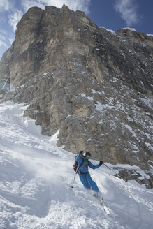 Italy, Dolomites, Val Gardena, Man telemark skiing - FF001415