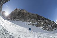 Italy, Dolomites, Val Gardena, Man telemark skiing - FF001417