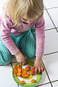 Little girl cutting carrots - JFEF000338