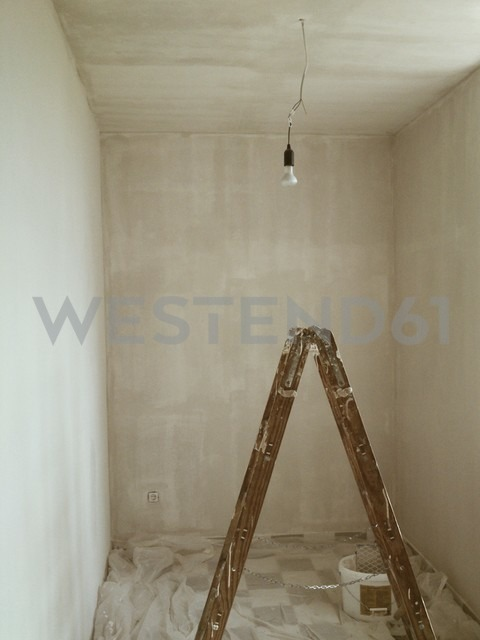 Painting a small room. - HAWF000153