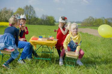 Five children with paper crowns celebrating birthday - MJF001133