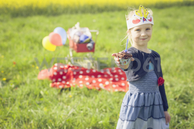 Portrait of little girl with paper offering  birthday muffin - MJF001140