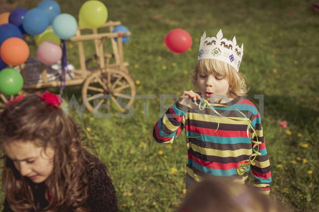 Little boy blowing streamer - MJF001160 - Jana Mänz/Westend61