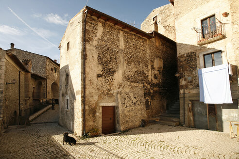 Italy, Abruzzo, Houses and square in mountain village - TMF000011