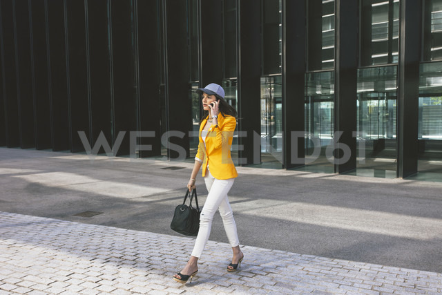 Spain,Catalunya, Barcelona, young modern woman with yellow jacket on the move - EBSF000192 - Bonninstudio/Westend61
