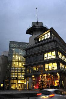 Germany, North Rhine-Westphalia, Duesseldorf, lighted office buildings of Neuer Zollhof at Media Harbour - MIZ000449
