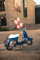 Vespa with ballons as birtday present - FC000167
