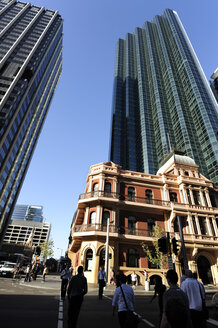 Australia, Perth, central business district, former Palace Hotel in front of skyscrapers - MIZ000494