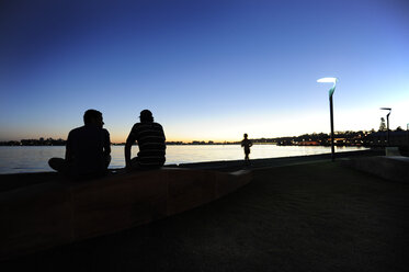 Australia, Perth, central business district, Swan River, people sitting at the riverside - MIZ000532