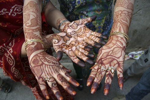 India, Rajasthan, two women showing her hands painted with henna - FC000182