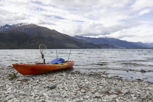 New Zealand, boat on lakeshore - STD000042