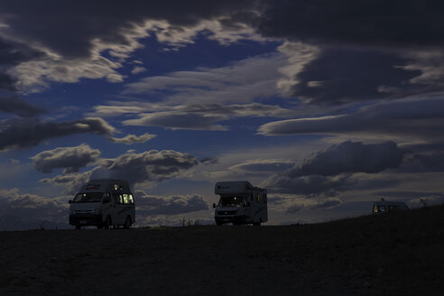New Zealand, three campers at Lake Pukaki in the dark - STD000076