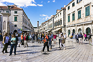 Croatia, Dubrovnik, tourist at main street Stradun at historic old city - WE000083