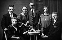 Germany, historical group picture of three couples from 1920s - HOH000792