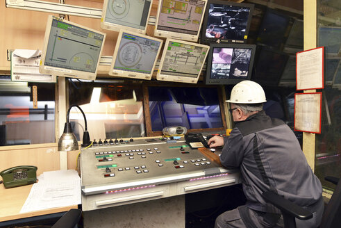 Technician in control room of a tube rolling mill - SCH000183