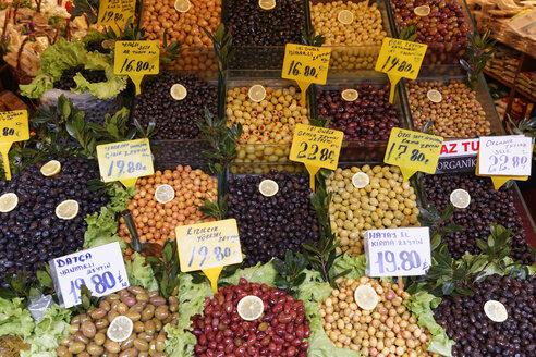 Turkey, Istanbul, Kadikoey, Assortment of olives on market - SIEF005413