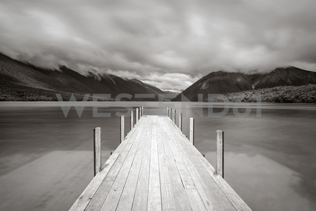 New Zealand, South Island, Tasman, View of Nelson Lakes National Park with Lake Rotoroa, wooden boardwalk - WV000645