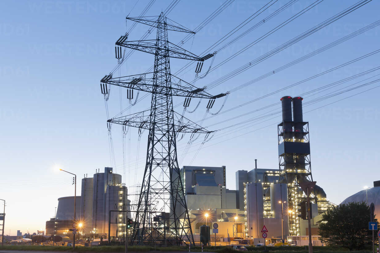 Germany, Hamburg, Coal-fired Power Plant Moorburg in the evening - MSF003934 - Mel Stuart/Westend61