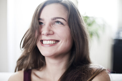 Portrait of laughing young woman at home - FEXF000077