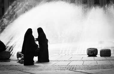 Germany, Bavaria, Munich, two veiled Arabian women in front of fountain at Stachus - FC000214