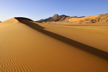 Africa, Algeria, Sahara, Tassili N'Ajjer National Park, Tadrart, Sand dune at the western escarpment of Tadrart plateau - ES001122